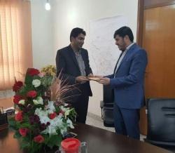 رئیس اداره مخابرات مسجدسلیمان لوح دریافتی خود به عنوان مدیر نمونه را به رئیس بنیاد مسکن مسجدسلیمان اهدا کرد